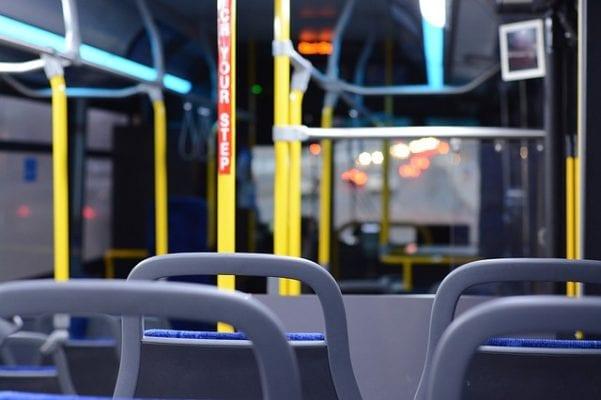 en autobús para lanzar cuerno