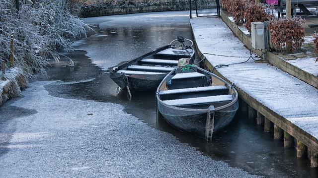 winter in Giethoorn boat