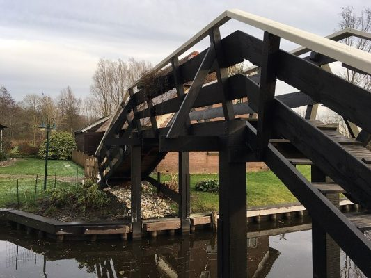 explore Giethoorn bridge