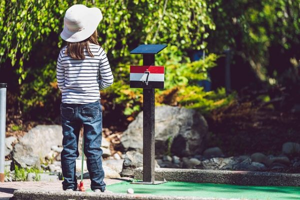mini golf in Giethoorn playing with children