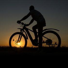 fietsen in giethoorn tijdens zonsondergang